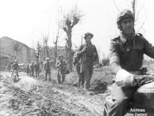 Cotignola, 10 aprile 1945. Truppe neozelandesi in Via Peschiera.