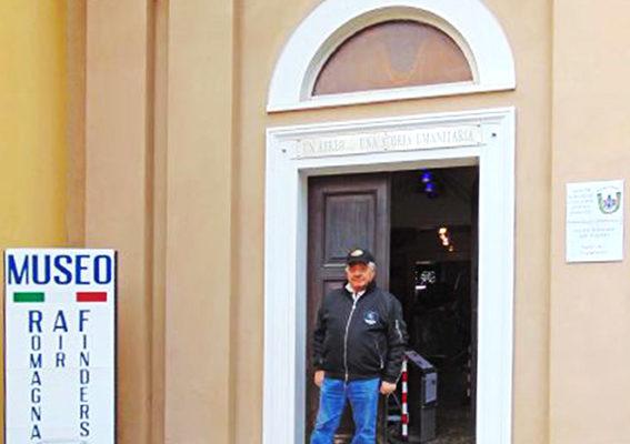 Leo Venieri, Presidente e socio fondatore dei Romagna Air Finders, all'ingresso della ex-chiesa a Fusignano che ospita il museo.