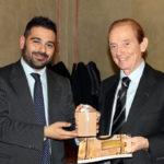 Il sindaco Davide Ranalli dona una confezione di capperi della Rocca al giornalista Osvaldo Bevilacqua