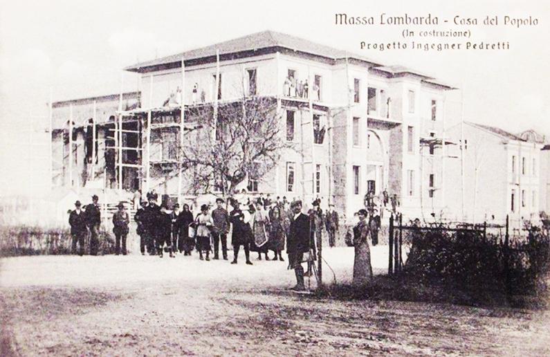 Cartolina raffigurante la costruzione della Casa del Popolo a Massa Lombarda.