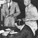 Il generale Giuseppe Castellano firma l'armistizio a Cassibile per conto di Badoglio. In piedi Walter Bedell Smith (a destra) e il funzionario del ministero degli esteri Franco Montanari (a sinistra)