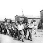 Militari internati in un campo di concentramento