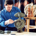Enzo Babini al lavoro nel suo studio.