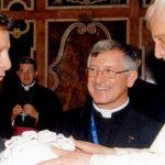 Enzo Babini dona a Papa Benedetto XVI una scultura ceramica