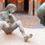Piazza Giovanni Bernardi, 1 / Chiostro della residenza comunale - I derelitti (1942) monumento alla vittime civili di guerra, inaugurato nel 1962, bronzo